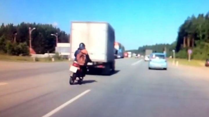 На ЕКАД парень на мопеде влетел в кузов стоящей на повороте ГАЗели