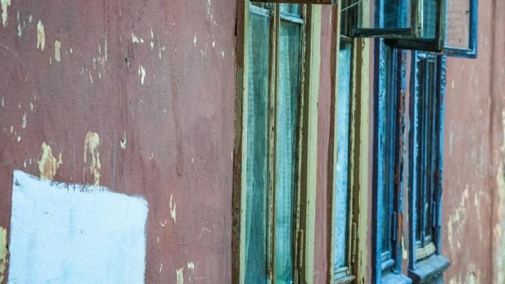 В Половинском районе должник хотел удрать от приставов через окно