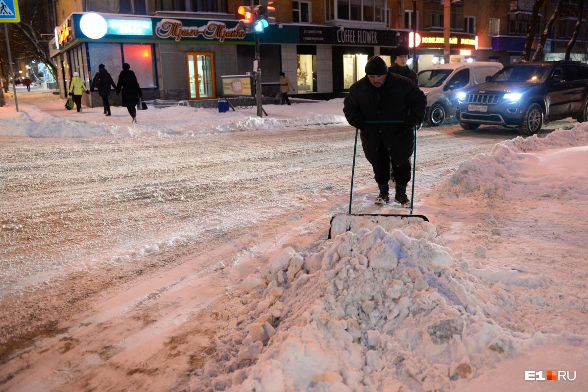 Уплотнённый снежный покров должен быть относительно ровным (например, с колеями не глубже 3 см) и лишь на дорогах с низкой интенсивностью — до 1500 автомобилей в час