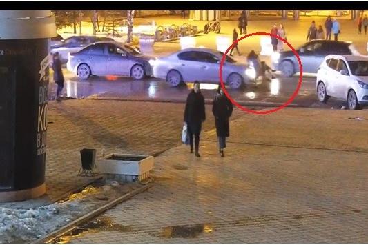 Камера видеонаблюдения зафиксировала, как несколько тюменцев снимали происходящее на камеры мобильных телефонов. Сотрудники ГИБДД просят откликнуться тех, кому удалось зафиксировать автомобильный номер нарушителя