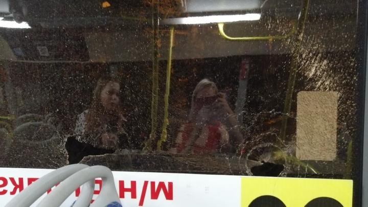 «Начал бить окна»: в Перми неадекватный пассажир устроил дебош в автобусе № 77