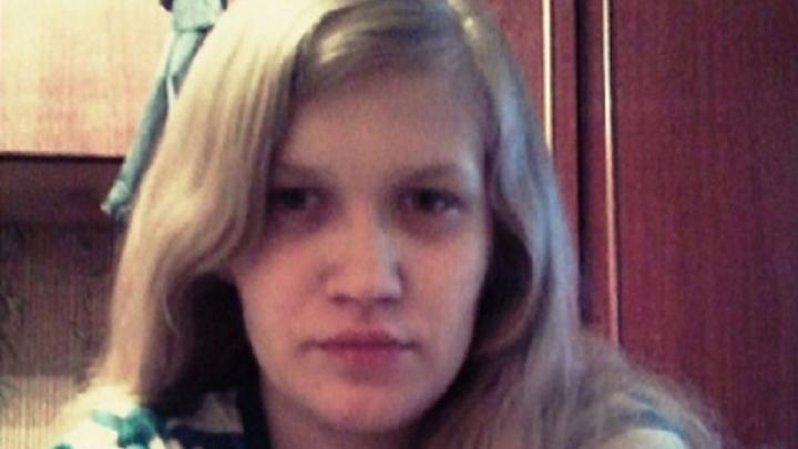23-летняя омичка пошла с сестрой выгуливать собак и пропала