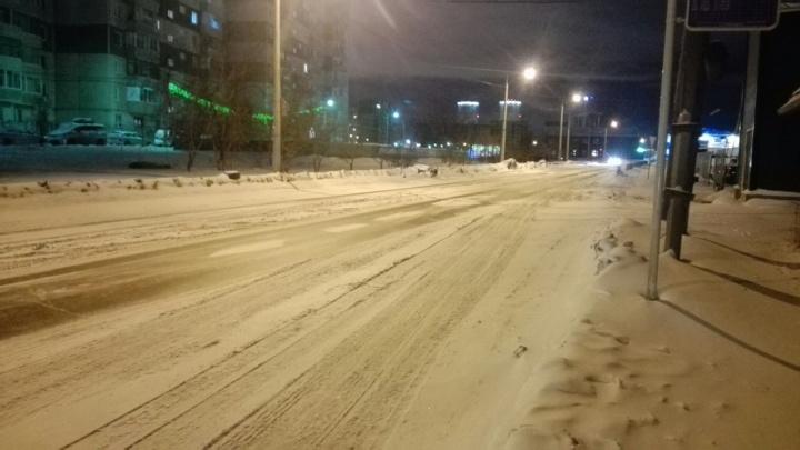 После ночного снегопада дороги оказались завалены снегом