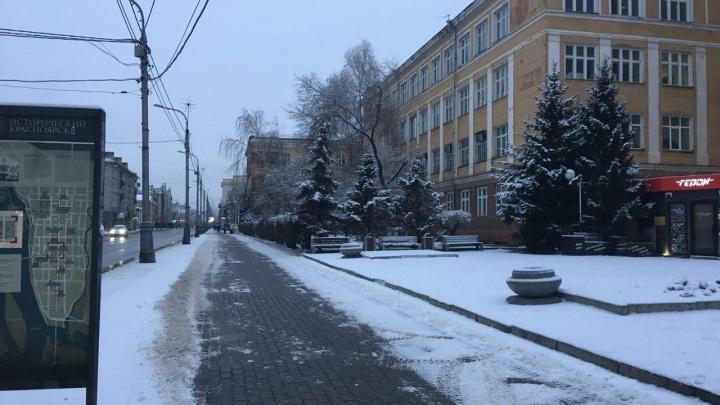 «Зима, уходи!»: за ночь Красноярск завалило мокрым снегом
