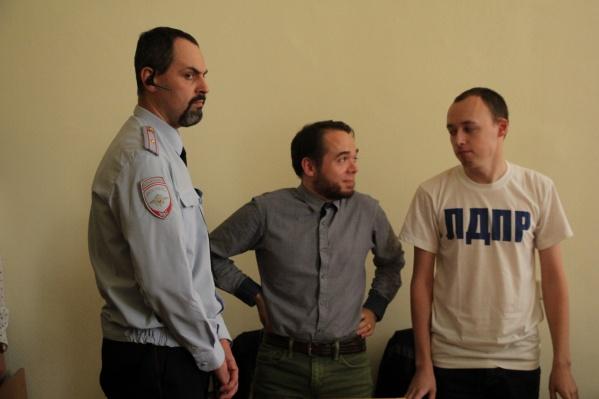 Александр Песков со своим защитником и майор полиции Алексей Огорелков