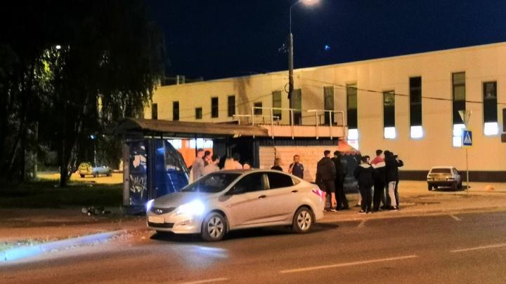 В Ярославле разъярённая женщина разнесла остановку общественного транспорта