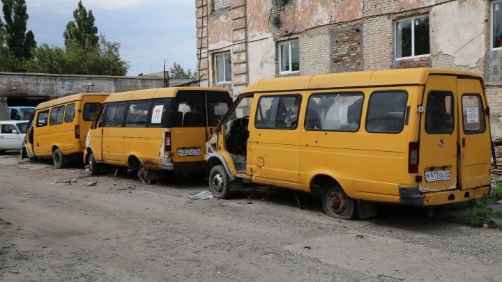 «Их будто достали со свалки»: волгоградцев возят на разбитых маршрутках