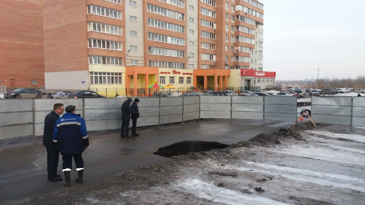 Рабочие «ОмскВодоканала» выясняют, почему на Комкова в дороге появилась дыра размером с автомобиль