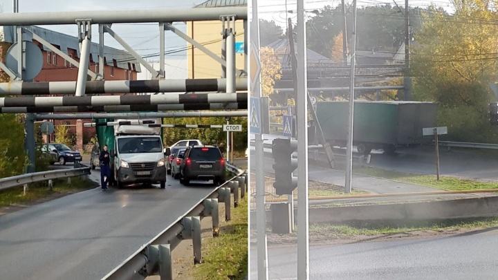 «У нас свой мост дураков». В Боровском под железнодорожным мостом снова застрял грузовик
