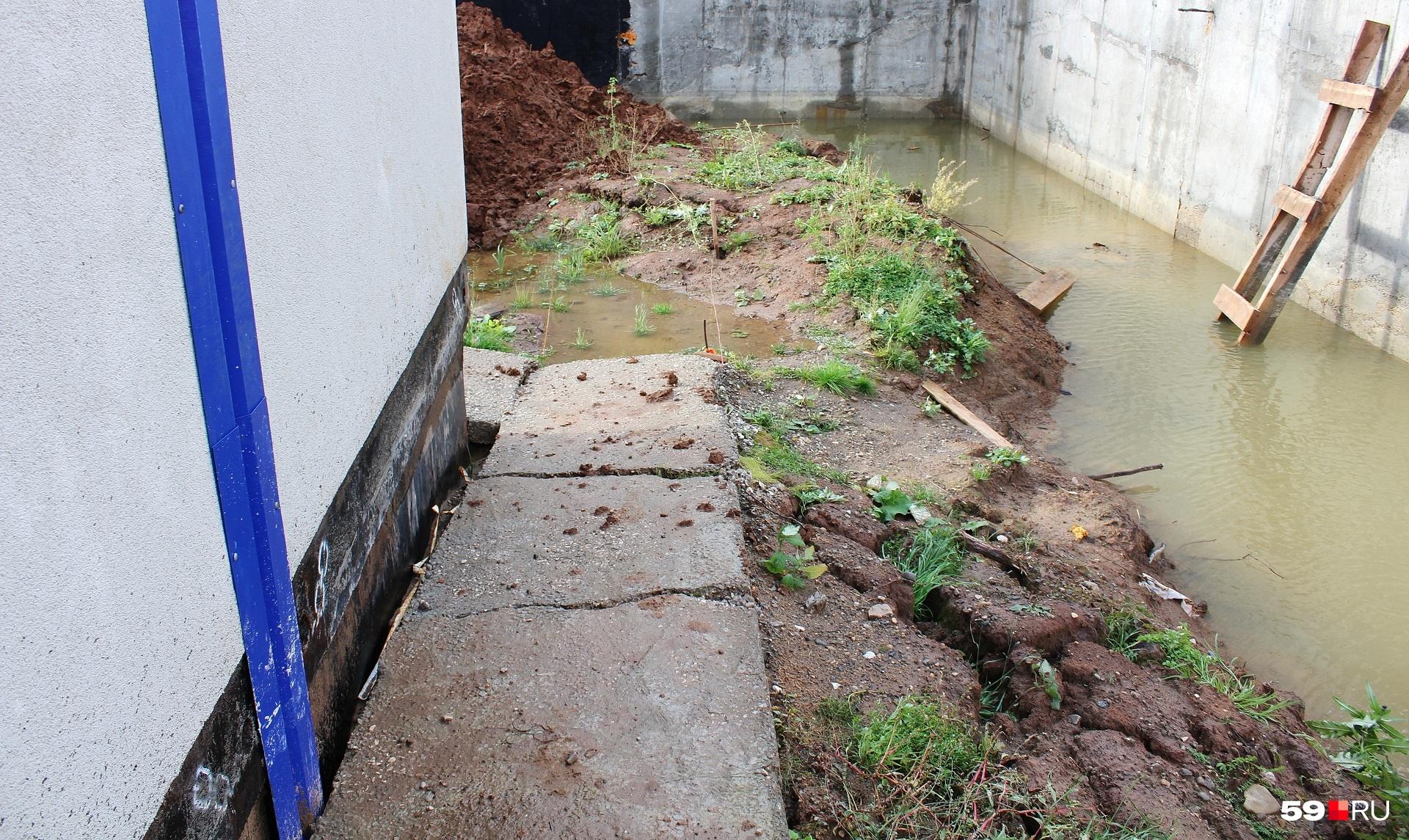 На самом деле эта бетонная дорожка изогнута дугой