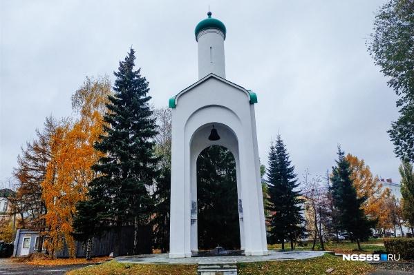 Колокол под потолком декоративной часовни — символ памяти о безвинно убитых