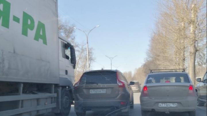 Грузовик задел легковушку на Бердском шоссе— пробка в сторону центра растянулась на 2 километра