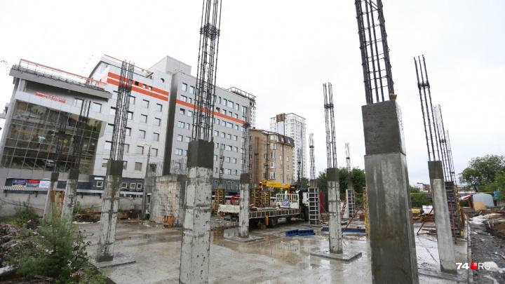 «Нужны парковочные места»: в центре Челябинска начали строить новое здание бизнес-центра