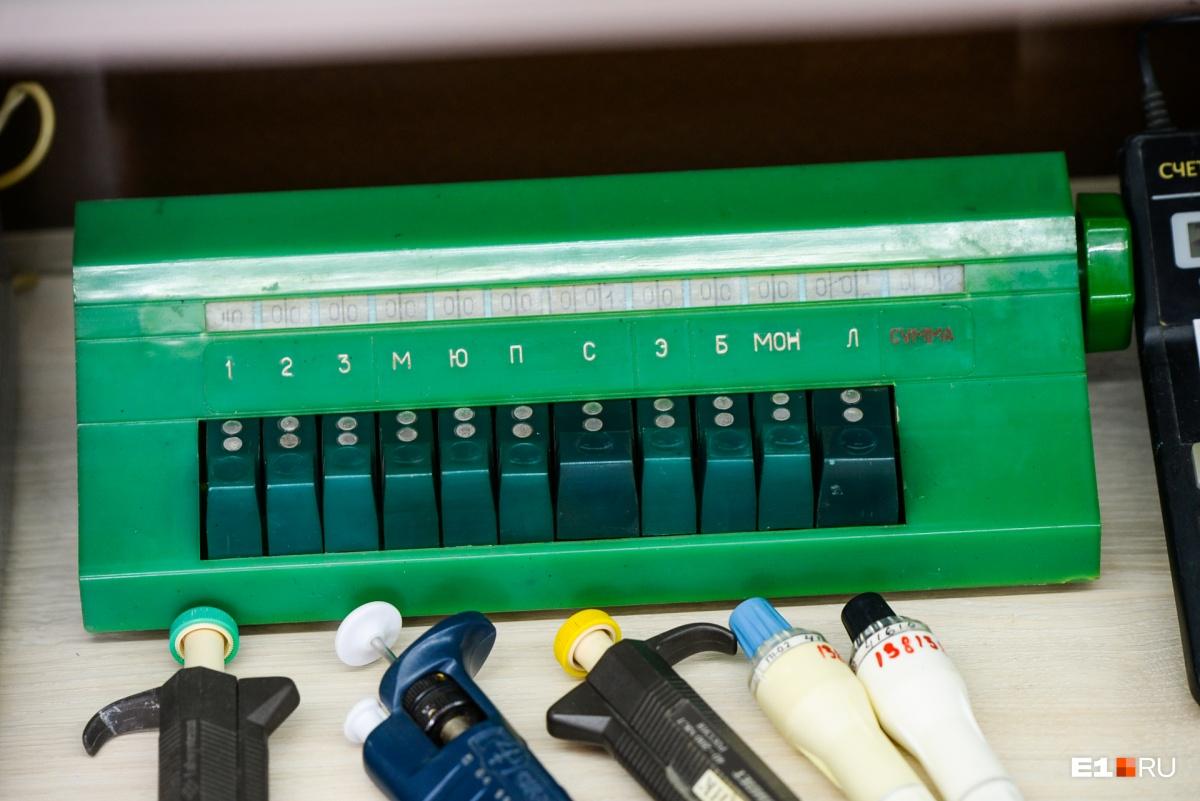 Клавишный механический счетчик для подсчета клеток. Это один из старых вариантов. Сейчас используется счетчик в виде электронного калькулятора