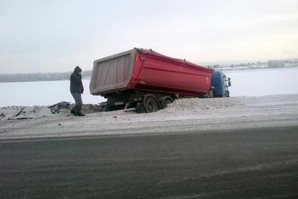 После столкновения грузовик MAN вылетел в кювет
