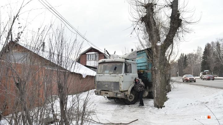 На Эльмаше фура вылетела на тротуар и собрала все деревья и столбы