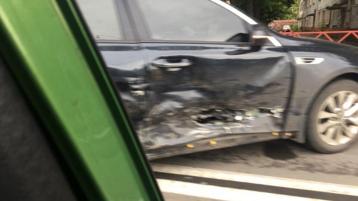 В центре Ярославля иномарки раскидало по перекрёстку после столкновения