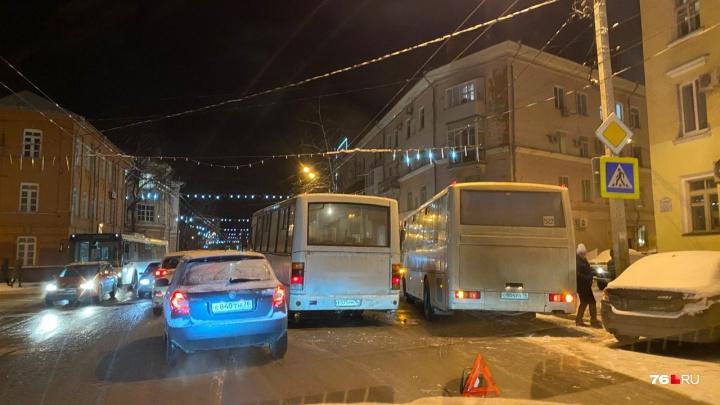 Дороги покрыты слоем снега: Ярославль встал в 9-балльные пробки. Онлайн-трансляция