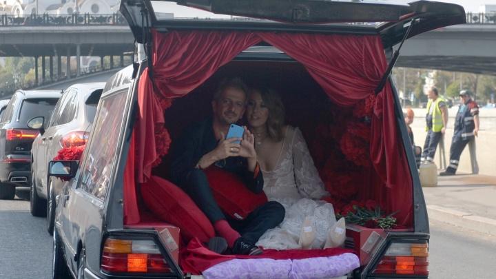 К загсу — на свадебном катафалке: фото и видео со свадьбы Ксении Собчак и Константина Богомолова