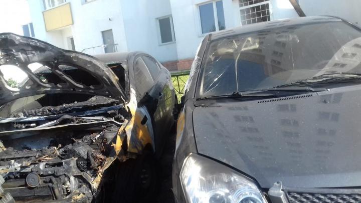 На Уралмаше двое мужчин подожгли машину в доме у воинской части и попали на видео: показываем его