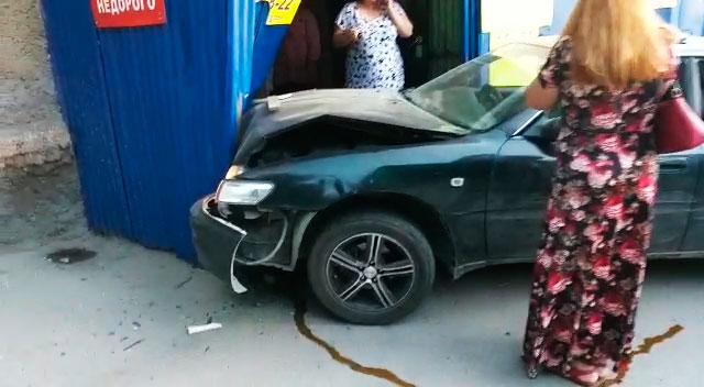 «Визг тормозов и громкий удар»: «Тойота» врезалась в двери продуктового магазина на Дачной