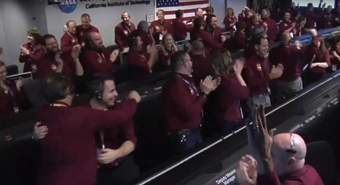 Зрители могли разделить радость специалистов NASA