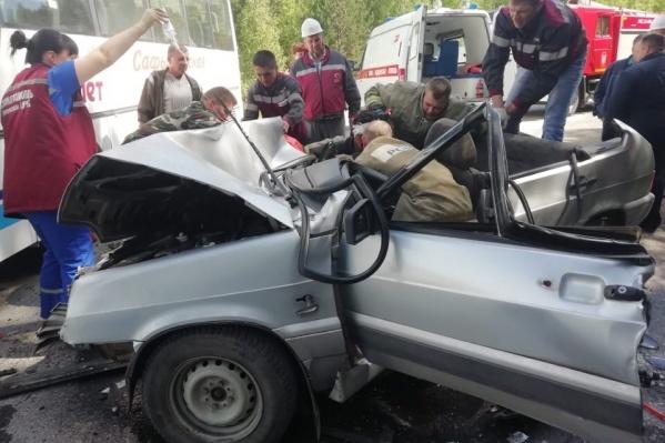 В легковушке пострадали трое, но в больницу увезли только одного