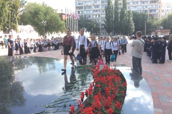 Школьники возложили цветы к Вечному огню
