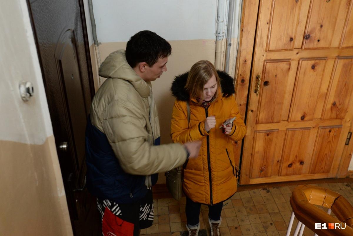 Станислав узнал о том, что от его дома отвалился кусок облицовки, из интернета