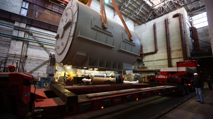 Сто тонн на колёсах: энергетики провезли через весь Новосибирск огромную деталь для ТЭЦ