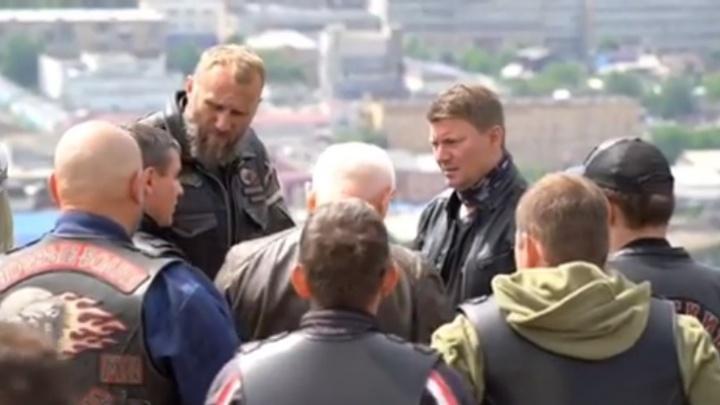 Байкеры из «Ночных волков» доехали до Красноярска: мэр сменил костюм на косуху для встречи
