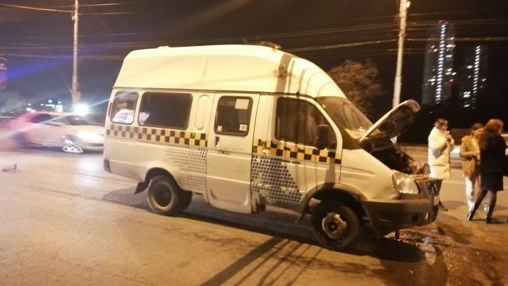 В Волгограде разогнавшийся перед светофором маршрутчик отправил в больницу трех пассажиров
