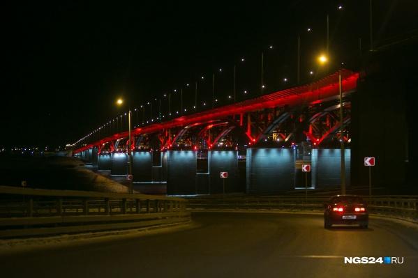 Очевидцы сообщили диспетчеру об упавшем с 4 моста в Красноярскемужчине