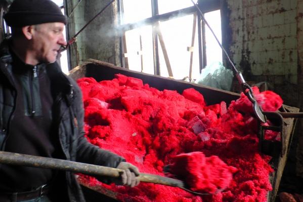 Икру мойвы и сельди подкрасили красным для продажи