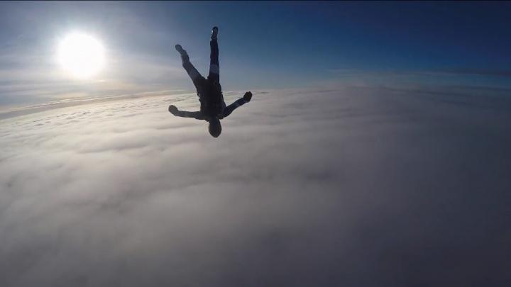 Скорость – 270 км/ч: екатеринбуржец записал на видео свой прыжок с самолёта вниз головой