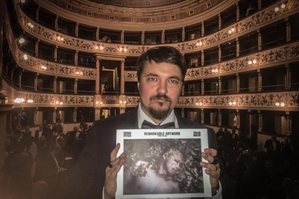 Павел со своей работой, победившей на фестивале в Италии