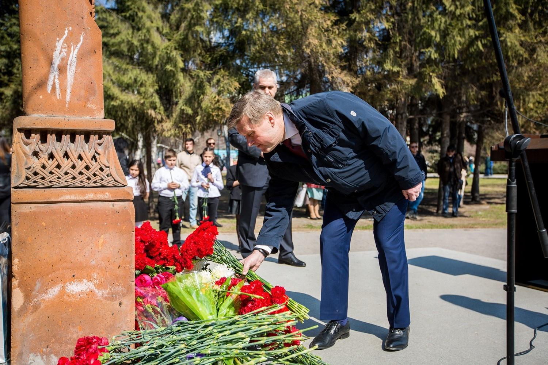 Анатолий Локоть возложил цветы и выступил с речью перед армянами