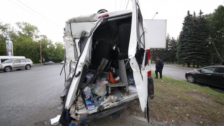 В серьезном ДТП с микроавтобусом и мусоровозом в Челябинске пострадали жители Тюменской области