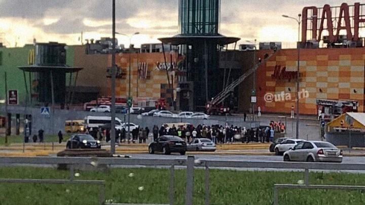 «Почти час стоим»: в Уфе эвакуировали посетителей торгового центра «Планета»