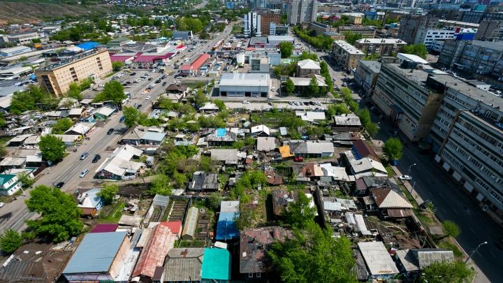 «Деревня в центре — сказка»: гуляем по кварталу цветов, где жителей обещают расселить уже 45 лет