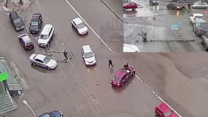Трое странных парней кидались под проезжающие машины на Лесопарковой