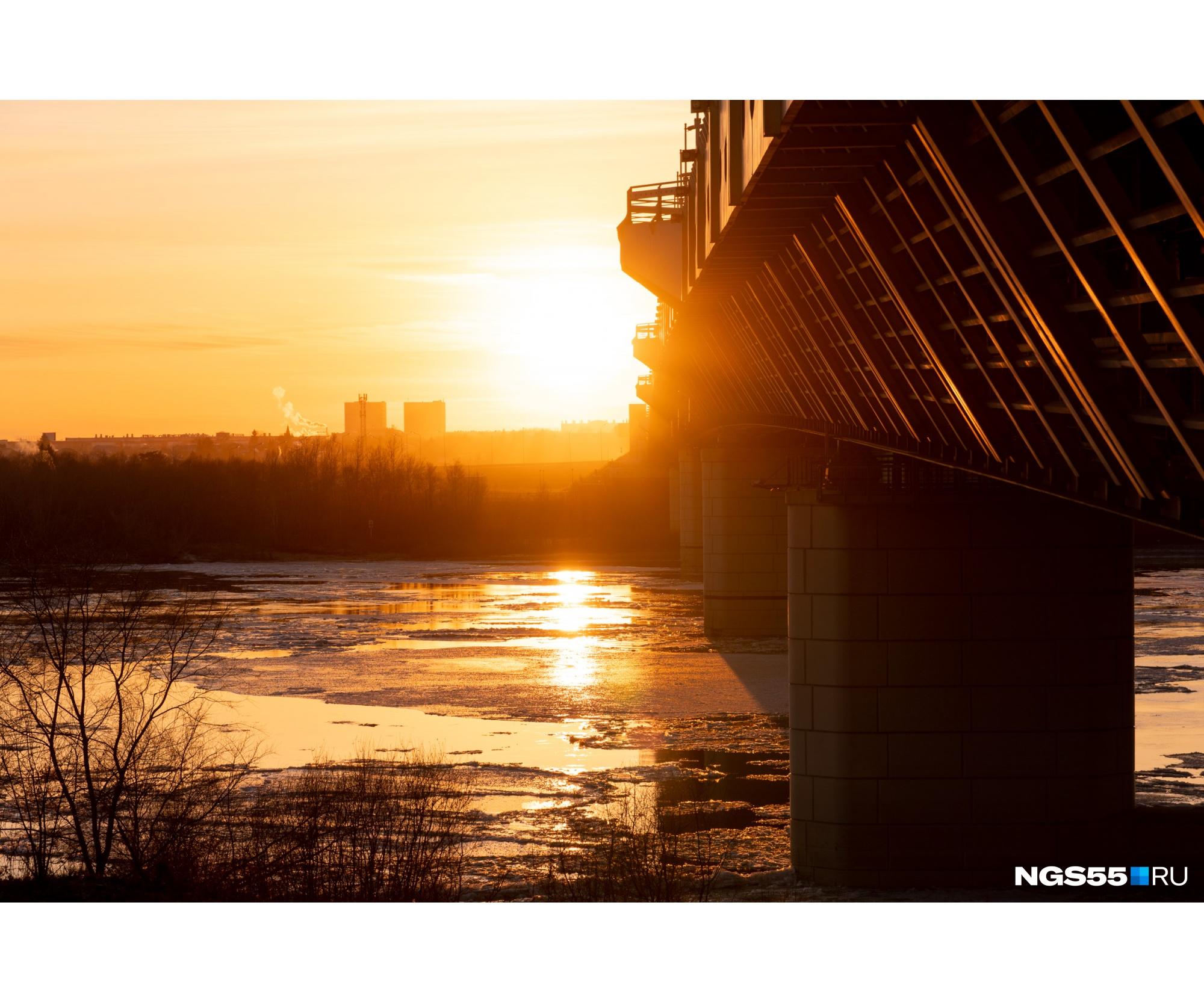 Льдины сверкают в закатном солнце