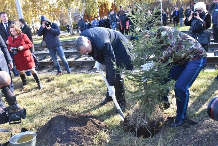Врио губернатора посадил в Новосибирске первое дерево