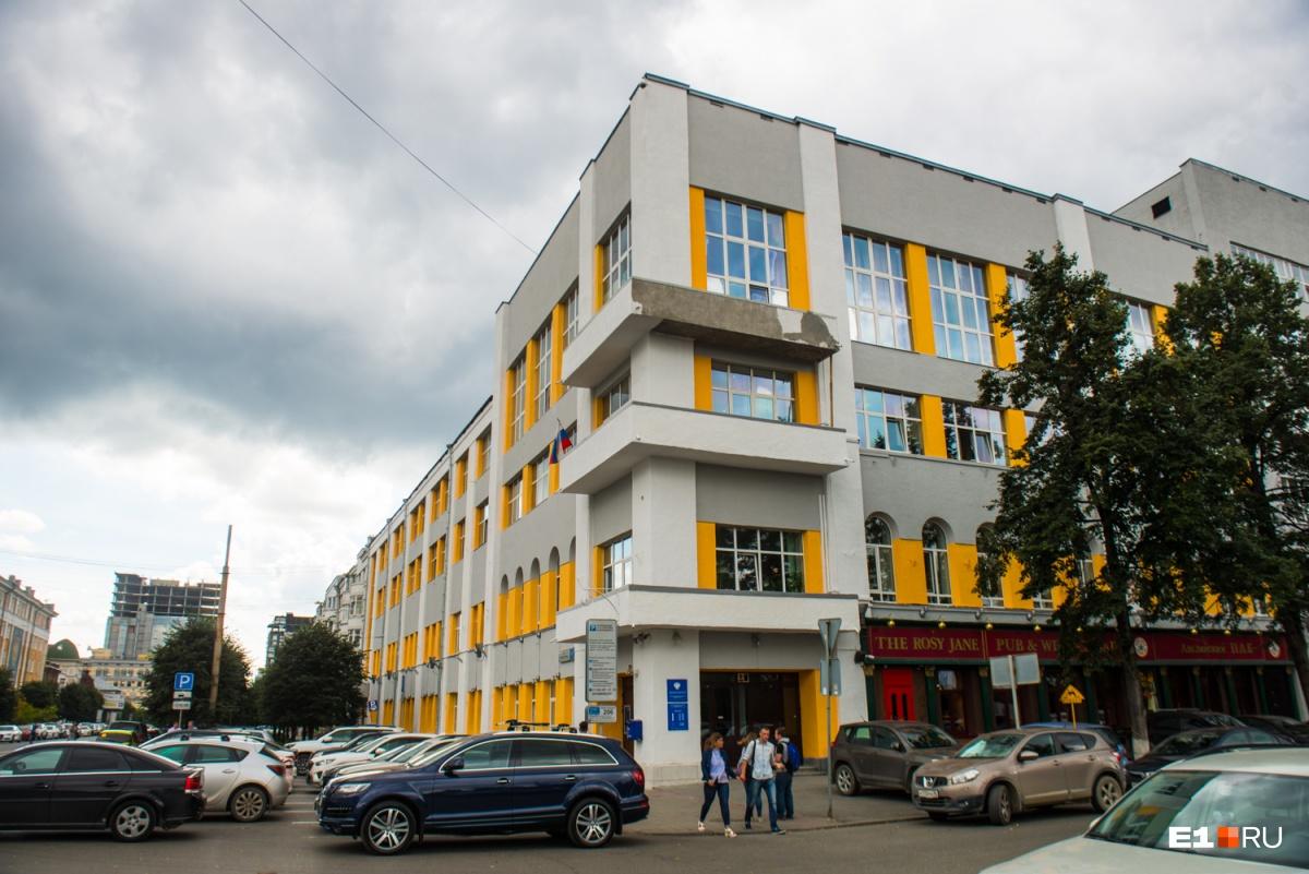 Это самый центр города —перекрёсток Ленина и Пушкина