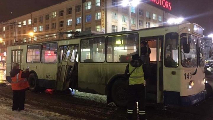 На Карла Либкнехта у троллейбуса, который наехал на плиту, выбило дверь и погнуло ступеньки