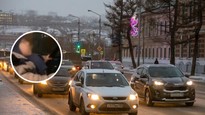 «Сын учит меня водить»: красноярка посадила за руль своего маленького ребёнка