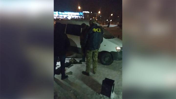 Люди в куртках с буквами «ФСБ» скрутили прохожих и отобрали у них оружие