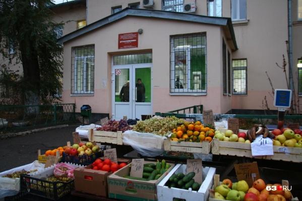 Детская поликлиника на Победы, 110: ящики у дверей больницы как бы напоминают родителям о пользе фруктов и овощей