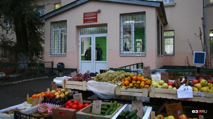 Самарцы пожаловались на стихийный рынок у детской больницы на Победе