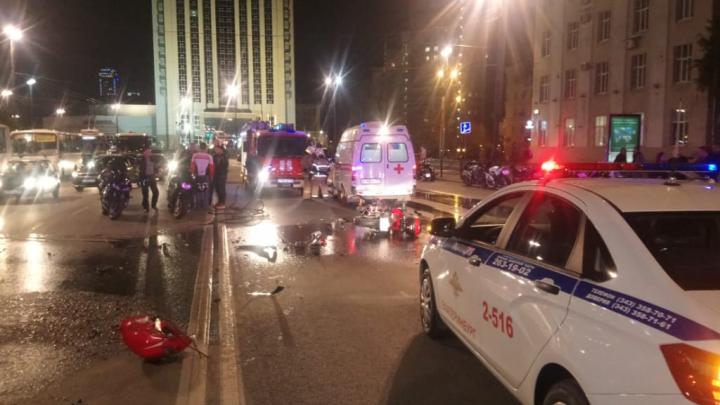От удара разлетелись в разные стороны: появились видео и подробности лобового столкновения байкеров